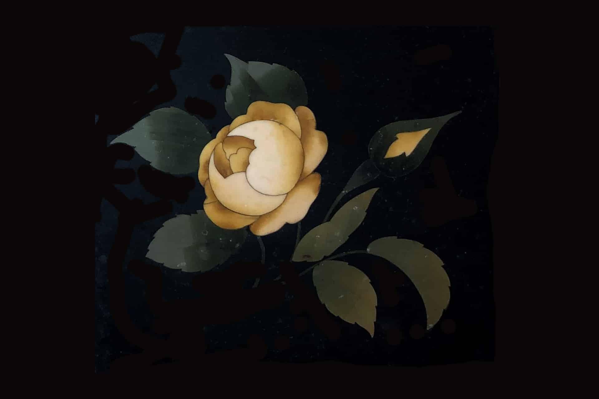 Un rosa in pietra dura realizzata con la tecnica del commesso fiorentino