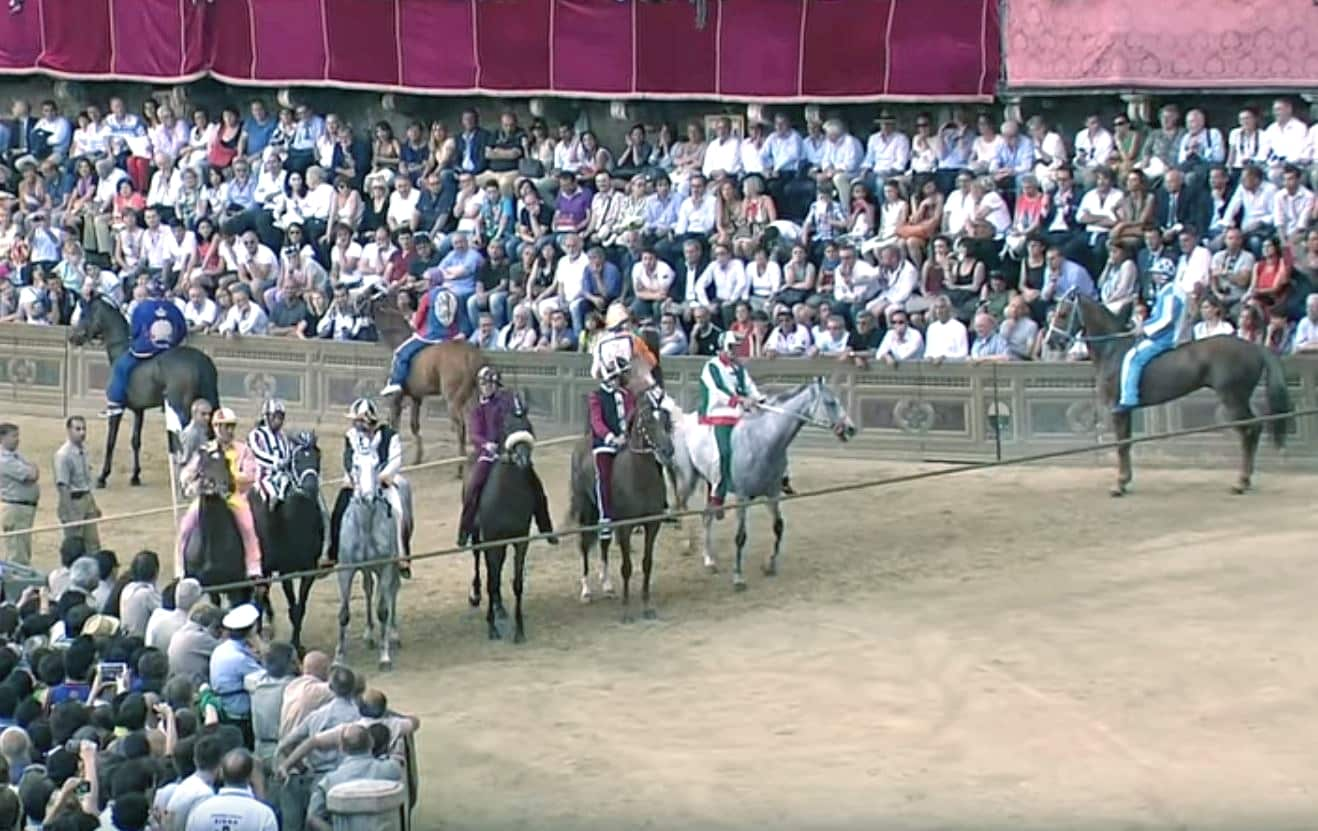 Siena: il Palio con i cavalli al canapo