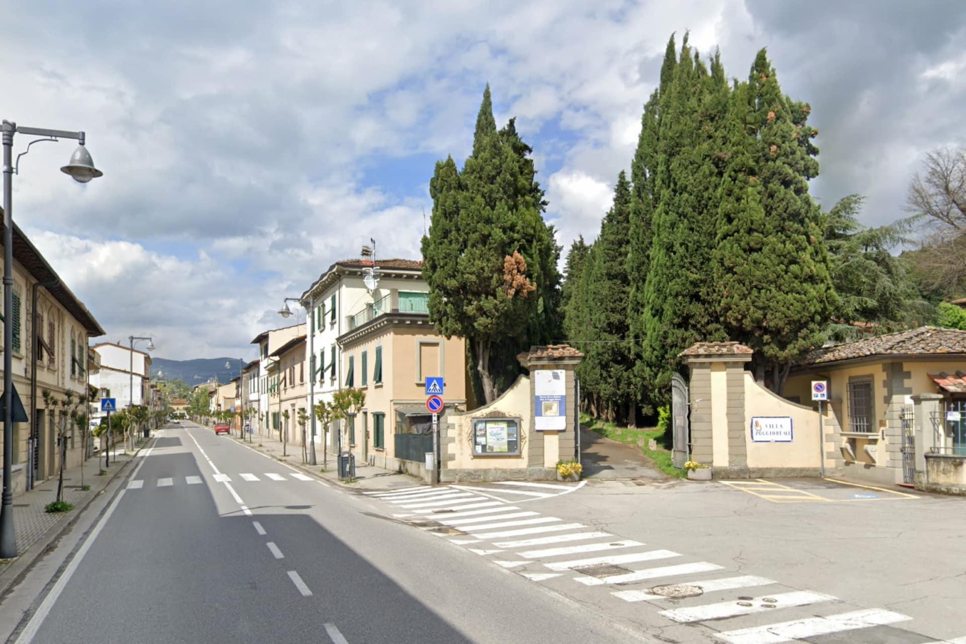 Rufina: la SS 67 e l'ingresso di Villa Poggioreale