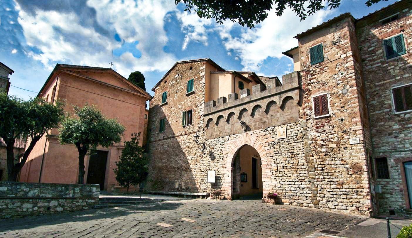 L'antica porta delle mura di Suvereto