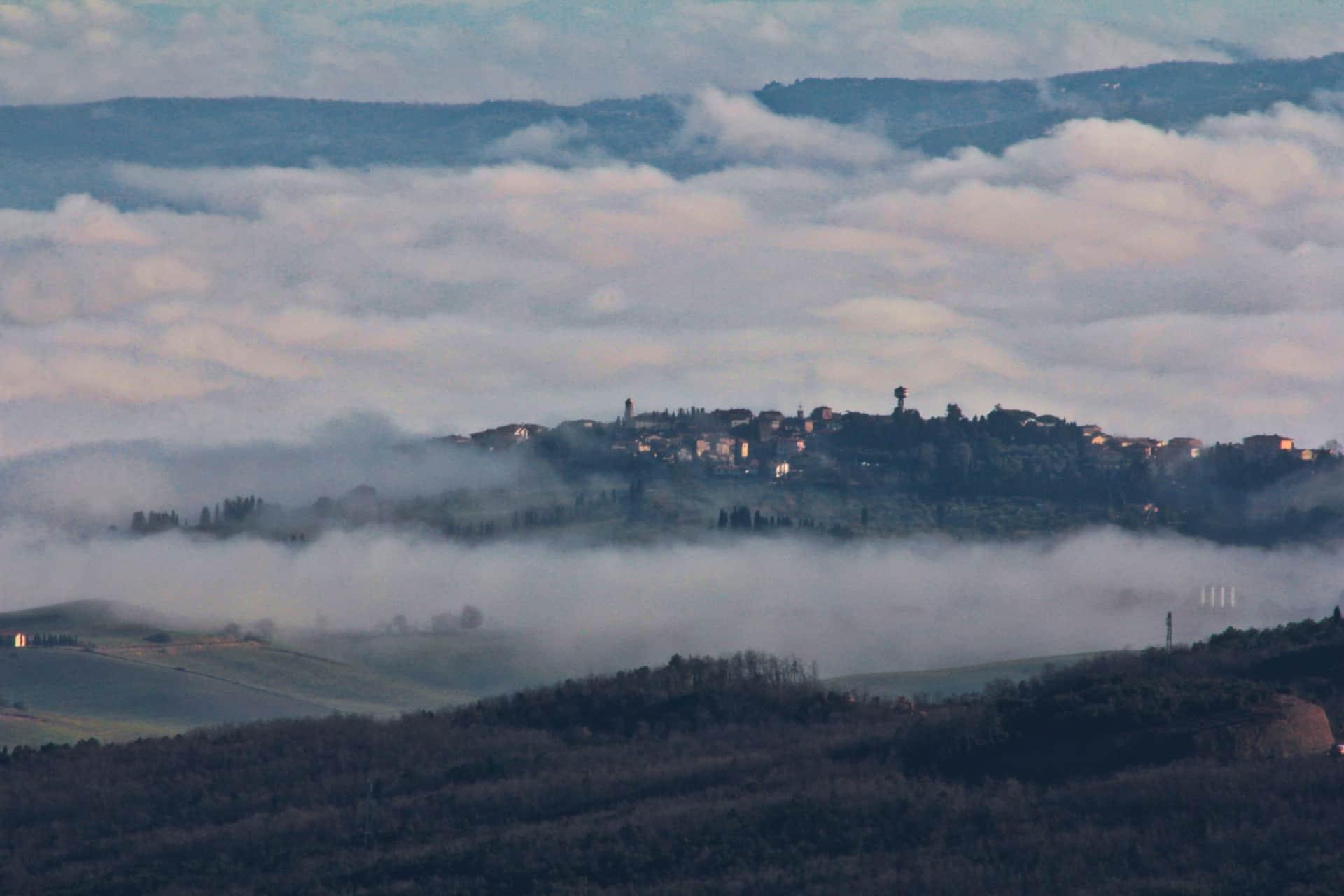Lajatico emerge dalla nebbia