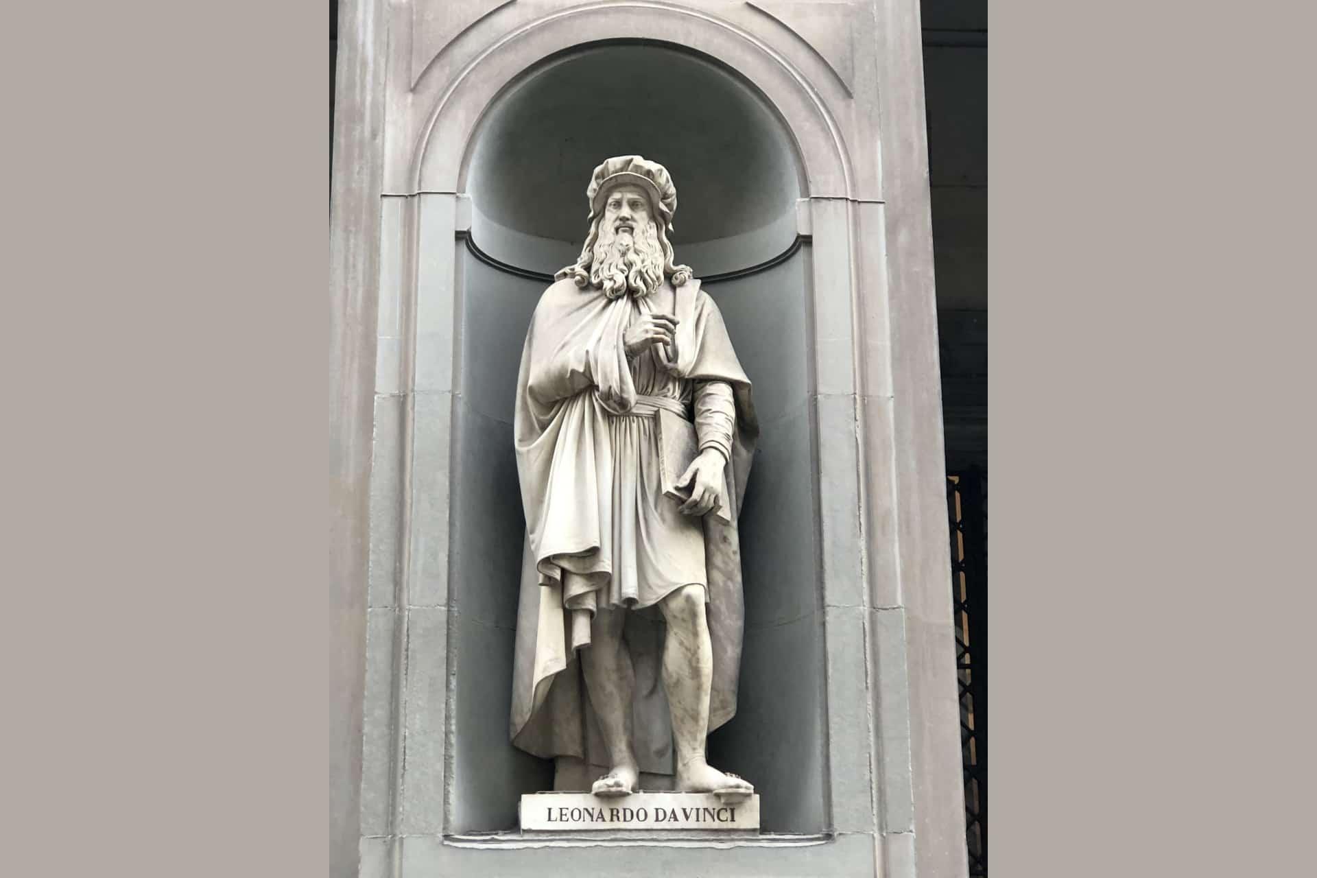Statua di leonardo da Vinci nel loggiato degli Uffizi a Firenze