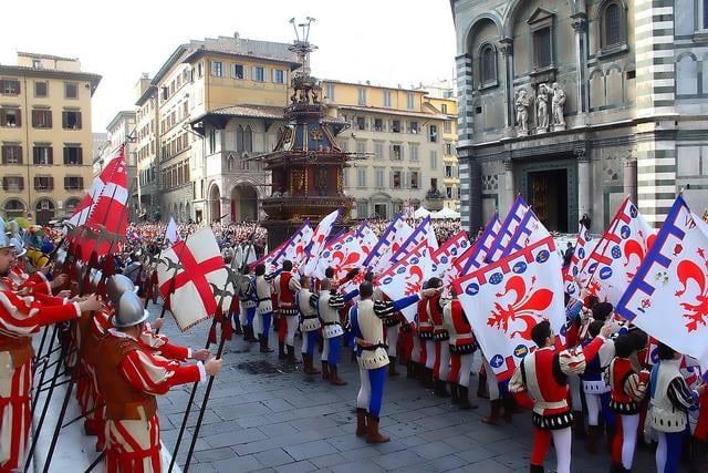 Figuranti del corteo storico davanti al Duomo con il carro