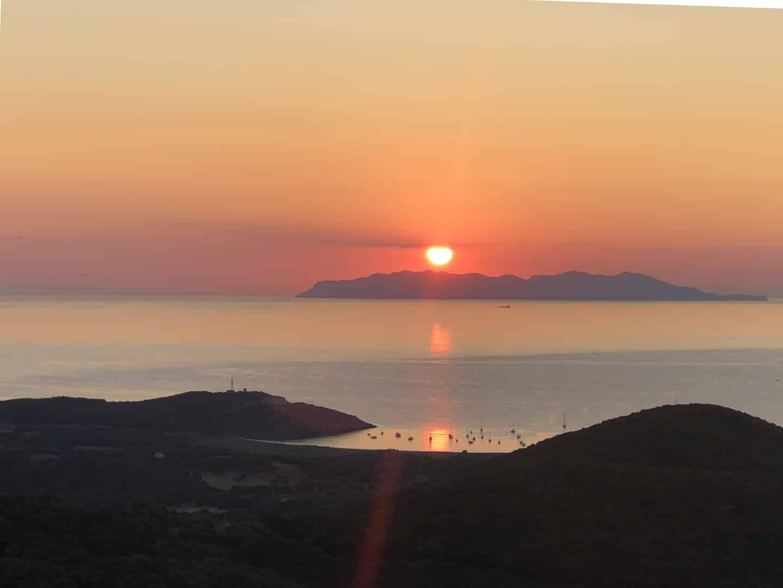 Alba sull'isola di Capraia dalla Corsica